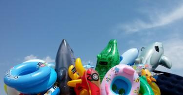 Viele Schwimmtiere und Luftmatratzen