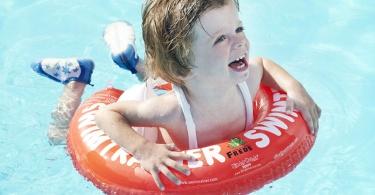 Kind_im_Wasser_mit_Schwimmring