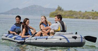 4 junge Menschen im Excursion Schlauchboot