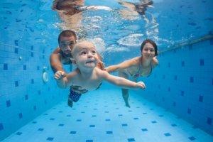 Eltern tauchen mit Baby Babyschwimmen