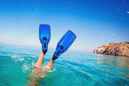 Schwimmer mit Schwimmflossen im Wasser