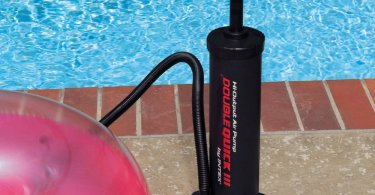 Foto von Schwimmring der von Hand mit Luftpumpe aufgepumpt wird
