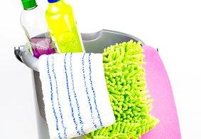 Putzeimer mit Putzmitteln, Lappen und Schwamm