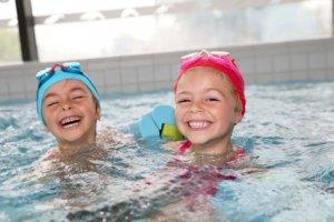 Junge und Mädchen haben Spass im Swimming Pool